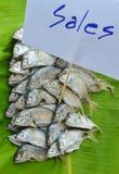 Maquereau bouilli sur la feuille fraîche de banane à vendre sur le marché Image libre de droits