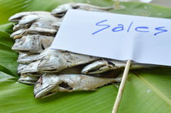 Maquereau bouilli sur la feuille fraîche de banane à vendre sur le marché Photographie stock libre de droits