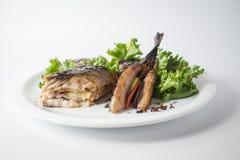Maquereau cuit au four avec de la salade verte et le citron du plat blanc photographie stock