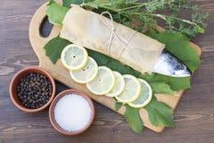 Maquereau frais sur le papier dans des feuilles de raisin Photographie stock libre de droits
