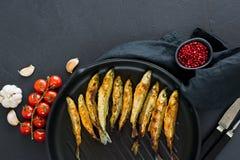 Maquereau frit dans une casserole Fond noir, vue sup?rieure, l'espace pour le texte image stock