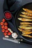 Maquereau frit dans une casserole Fond noir, vue sup?rieure, l'espace pour le texte photo libre de droits