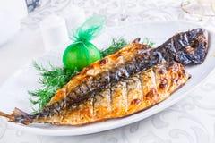 Maquereau grillé du plat blanc Photo stock