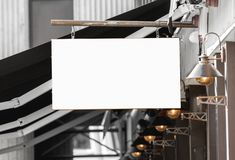 Maqueta al aire libre de la señalización del restaurante o del café para añadir el logotipo de la compañía imágenes de archivo libres de regalías