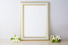 Maqueta blanca del marco con el flor de la manzana Foto de archivo