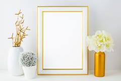 Maqueta blanca del marco con el pequeño cactus Foto de archivo libre de regalías