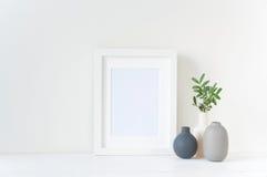 Maqueta blanca del marco con la composición de los floreros Imagen de archivo libre de regalías