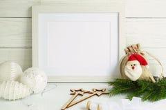 Maqueta blanca del marco con las decoraciones de la Navidad Fotografía de archivo