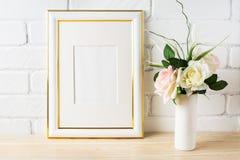 Maqueta blanca del marco con pálido - rosas rosadas en florero Imagen de archivo