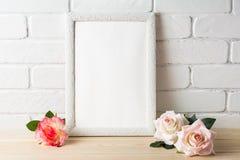 Maqueta blanca del marco del estilo romántico con las rosas Fotos de archivo libres de regalías