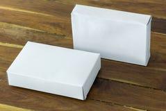 Maqueta blanca en blanco de la caja del paquete de la cartulina Foto de archivo