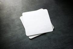 Maqueta blanca en blanco de la pila del práctico de costa de la cerveza, visión superior foto de archivo libre de regalías