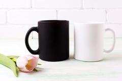 Maqueta blanca y negra de la taza con el tulipán rosado Imagen de archivo libre de regalías