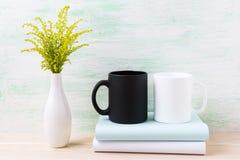 Maqueta blanca y negra de la taza con la hierba floreciente verde ornamental Foto de archivo libre de regalías