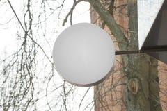 Maqueta circular en blanco de la muestra que cuelga al aire libre Letrero blanco de la plantilla para el marcado en caliente del  fotografía de archivo libre de regalías