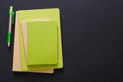 Maqueta con el sistema de diversos cuadernos coloridos Imagenes de archivo