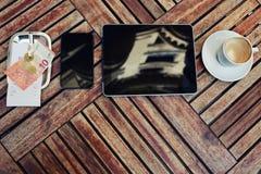 Maqueta con la tableta digital de la pantalla táctil, teléfono elegante Fotografía de archivo