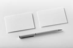 Maqueta de dos tarjetas y plumas horizontales de visita en la textura blanca Foto de archivo libre de regalías