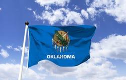 Maqueta de la bandera de Oklahoma en el viento stock de ilustración