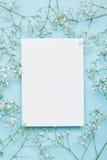 Maqueta de la boda con la lista del Libro Blanco y gypsophila de las flores en fondo azul desde arriba Modelo floral hermoso Ende Imagen de archivo libre de regalías