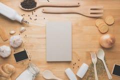 Maqueta de la cocina de la visión superior, utensilios rurales de la cocina en la tabla de madera Imagen de archivo