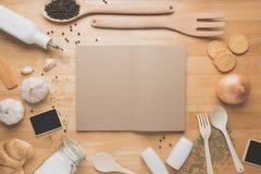 Maqueta de la cocina de la visión superior, utensilios rurales de la cocina en la tabla de madera Imagenes de archivo