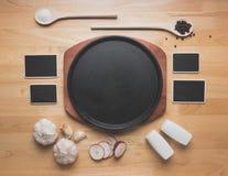 Maqueta de la cocina de la visión superior, utensilios rurales de la cocina en la tabla de madera Foto de archivo