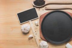 Maqueta de la cocina de la visión superior, utensilios rurales de la cocina en la tabla de madera Fotos de archivo