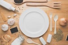 Maqueta de la cocina de la visión superior, utensilios rurales de la cocina en la tabla de madera Foto de archivo libre de regalías