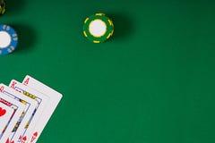 Maqueta de la disposición de la plantilla de la bandera para el casino en línea Tabla verde, opinión superior sobre lugar de trab fotografía de archivo libre de regalías