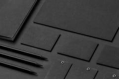 Maqueta de la identidad de marca Efectos de escritorio corporativos en blanco fijados en t negro Imagen de archivo libre de regalías
