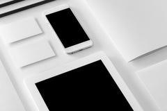 Maqueta de la identidad de marca Efectos de escritorio y artilugios corporativos en blanco Fotos de archivo libres de regalías