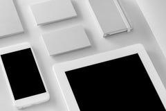 Maqueta de la identidad de marca Efectos de escritorio y artilugios corporativos en blanco Imagen de archivo libre de regalías
