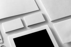 Maqueta de la identidad de marca Efectos de escritorio y artilugios corporativos en blanco Fotos de archivo