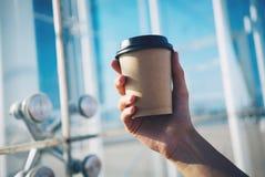 Maqueta de la mano y del café imágenes de archivo libres de regalías