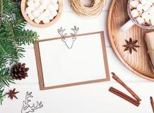 Maqueta de la tarjeta de Navidad en la tabla blanca Imagenes de archivo