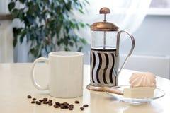Maqueta de la taza de café en el interior de la cocina Taza de cerámica blanca en la tabla con una prensa francesa y un poco de p ilustración del vector