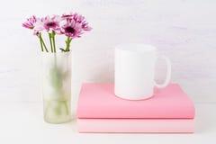 Maqueta de la taza de café con la margarita de la lila imágenes de archivo libres de regalías