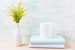 Maqueta de la taza del café con leche con la hierba floreciente verde ornamental Fotos de archivo