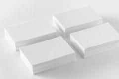 Maqueta de las pilas de las tarjetas de visita en el fondo blanco Imágenes de archivo libres de regalías