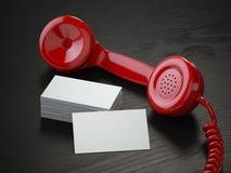 Maqueta de las tarjetas de visita en blanco y del receptor retro rojo o del teléfono Fotos de archivo