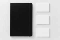 Maqueta de las tarjetas y de la libreta de visita en el fondo blanco Imagen de archivo
