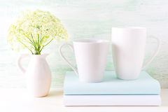 Maqueta de las tazas del blanco del capuchino y del latte del café dos Imágenes de archivo libres de regalías