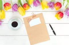 Maqueta de los tulipanes en la madera blanca Imagenes de archivo