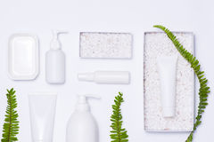 Maqueta de marcado en caliente del BALNEARIO de los cosméticos, opinión superior, sobre el fondo blanco imágenes de archivo libres de regalías