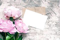 Maqueta de marcado en caliente elegante para exhibir sus ilustraciones la tarjeta de felicitación o la invitación en blanco de la Foto de archivo