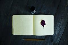 Maqueta de marcado en caliente elegante para exhibir sus ilustraciones Vintage lindo con mofa de la hoja para arriba en fondo de  Fotos de archivo libres de regalías
