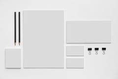 Maqueta de marcado en caliente en blanco con las tarjetas de visita grises encendido Imagenes de archivo