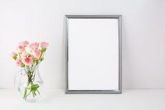 Maqueta de plata del marco con las rosas rosadas Imagen de archivo