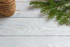 Maqueta del Año Nuevo y de la Navidad - decoración de la Navidad en el fondo de madera blanco Imagenes de archivo